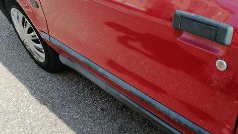 Destrozos en un coche aparcado en la zona de San José Obrero