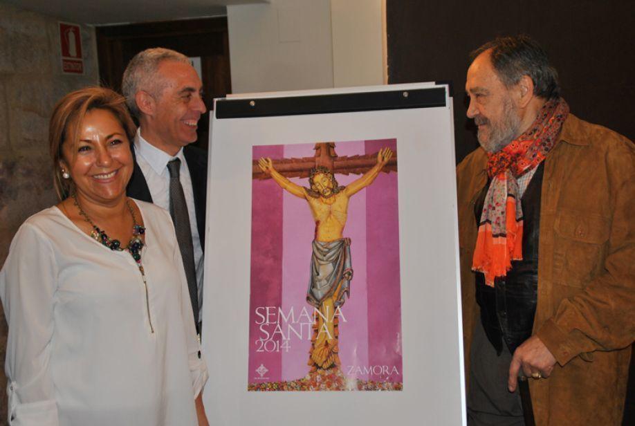 Cartel Semana Santa 2014 junto al autor, la alcaldesa y el Presidente de la Junta Pro.