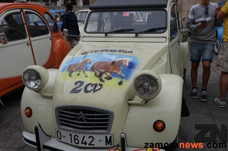 Los Citröen 2CV toman la Plaza Mayor