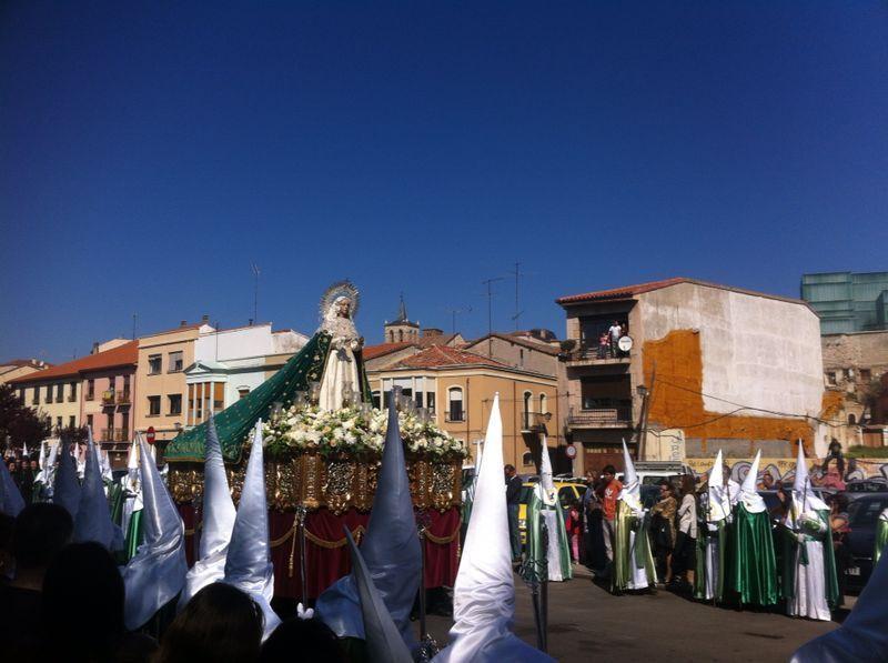 La Virgen de la Esperanza ha recorrido las calles bajo un cielo azul rabioso